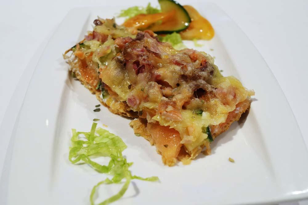 Pizza de bacon y salmón